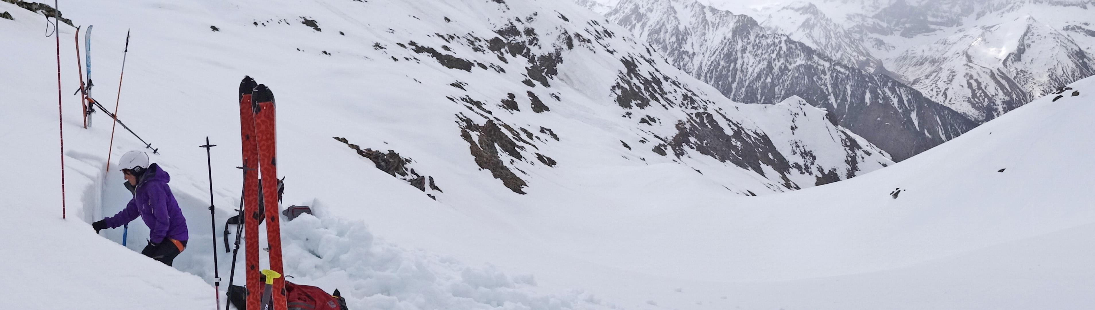 El boletín de peligro de aludes (BPA) publicado por A Lurte es una herramienta de prevención del riesgo donde se trata de exponer la situación nivometeorológica local de la cuenca del valle de Canfranc, desde su cabecera al norte en los valles de Candanchú y Astún hasta su cierre en Villanúa.